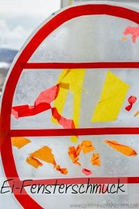 Bastelt einen Osterei-Fensterschmuck! Selbst kleine Kinder im Kleinkind- oder Kindergartenalter mit kurzer Aufmerksamkeitsspanne können eine schöne Fensterdeko basteln.