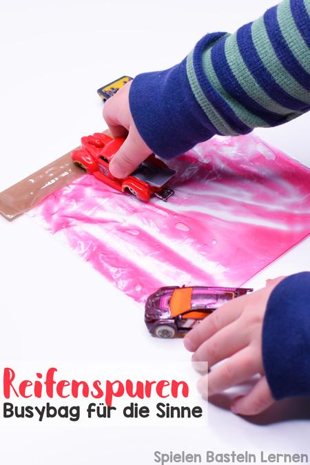 Einfaches Spielmaterial zur Überbrückung von Wartezeiten oder nur zum Spaß: Reifenspuren Busybag für die Sinne mit Spielzeugautos und Duschgel ohne Dreck zu machen. Macht Klein- und Kindergartenkindern Spaß.