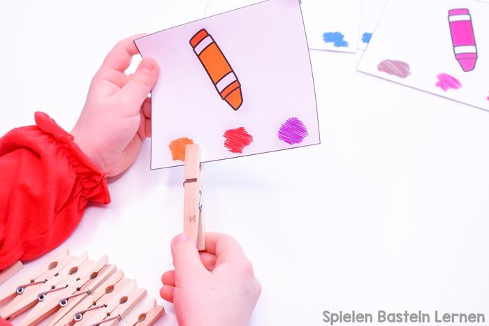 Diese bunten Malstiftfarben Klammerkarten sind toll zum Farbenlernen und einfach zu nutzen. Sie können mit Wäscheklammern benutzt werden, mit kleinen Gegenständen zum Markieren der richtigen Antwort, oder einfach mit einem Bleistift. Perfekt für Vorschüler und Kindergartenkinder.
