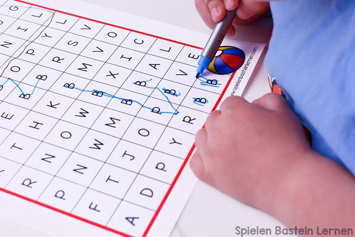 Den Buchstaben B kennen und erkennen lernen mit diesem einfach B wie Baby Buchstabenlabyrinth für Vor- und Grundschüler. Mit Großbuchstaben, Kleinbuchstaben und gemischten Buchstaben. Keine Vorbereitung nötig, einfach ausdrucken und lernen!