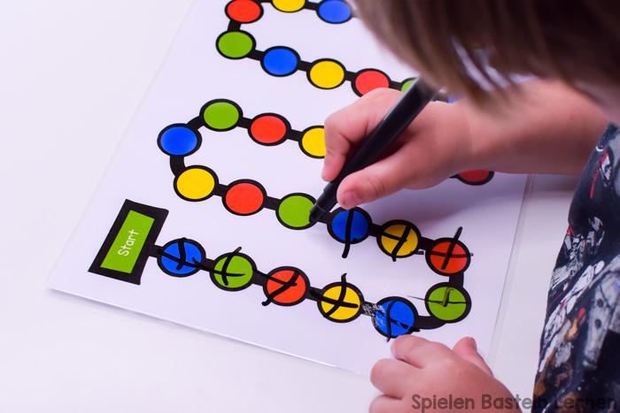 Benutzt Dein Vorschüler gerne Folienstifte? Sie machen dieses Folienstiftbrettspiel zum Zählenüben besonders interessant - aber im Notfall kann man es auch ohne spielen ;)