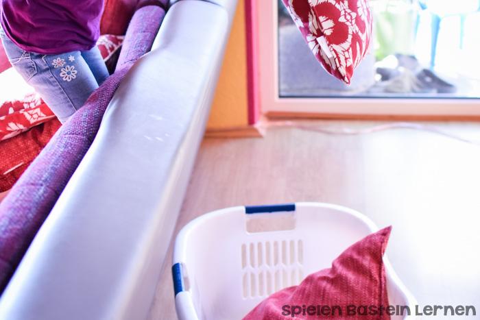 Macht richtig Spaß und powert sowohl mein Kleinkind als auch mein Vorschulkind immer wieder richtig schön aus: Kissen werfen, eine super einfache Grobmotoraktivität, die man perfekt drinnen machen kann.