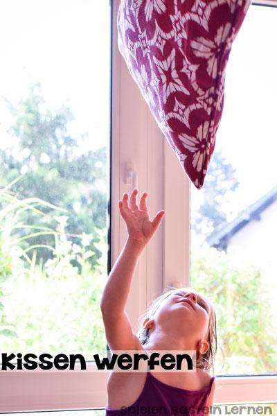 Macht richtig Spaß und powert sowohl mein Kleinkind als auch mein Vorschulkind immer wieder richtig schön aus: Kissenwerfen, eine super einfache Grobmotoraktivität, die man perfekt drinnen machen kann.