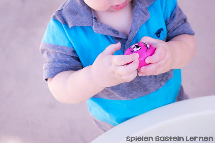 Kinder lieben es, mit Wasser zu spielen! Diese Osterkorb-Sinnessuppe ist ganz einfach vorzubereiten und macht Kleinkindern und Kindergartenkindern riesig Spaß!