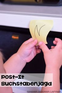Interessiert sich Dein Kind für Buchstaben? Hier ist eine supereinfache Art, Buchstaben zu lernen und gleichzeitig in Bewegung zu bleiben. Perfekt für Klein- und Kindergartenkinder!